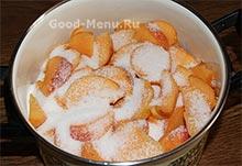 Дольки персиков с сахаром