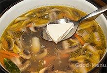 Сырный суп с грибами - кладем сыр